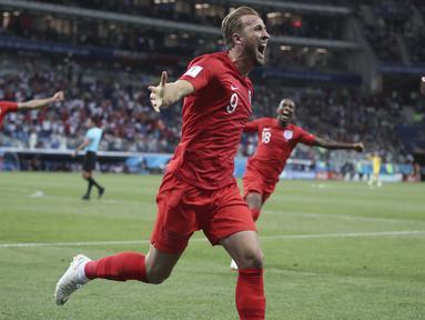 Striker Inggris, Harry Kane, merayakan gol yang dicetaknya ke gawang Tunisia pada laga Grup G Piala Dunia di Volgograd Arena, Volgograd, Senin (18/6/2018). Inggris menang 2-1 atas Tunisia. (AP/Thanassis Stavrakis)