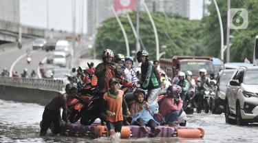 Jasa Pengangkut Sepeda Motor saat Banjir