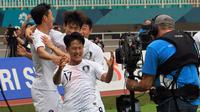 Selebrasi pesepak bola Korea Selatan Lee Seungwoo (kiri) berpose di depan kameran televisi pada Babak Putra Semifinal Asian Games 2018 di Stadion Pakan Sari, Bogor, Rabu (29/8). ANTARA FOTO/INASGOC/Hery Sudewo/Sup/18