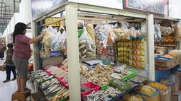 Aktivitas pedagang pasar di Jakarta, Senin (28/10/2019). Badan Pusat Statistik (BPS) Provinsi DKI Jakarta mencatat sebagian harga komoditi di Jakarta mengalami penurunan yang menyebabkan deflasi sebesar 0,04 persen selama September 2019. (Liputan6.com/Angga Yuniar)