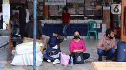 Calon penumpang menunggu bus di Terminal Kali Deres, Jakarta Barat, Rabu (10/6/2020). Kementerian Perhubungan (Kemenhub) telah menyiapkan sejumlah persiapan untuk menghadapi skema kehidupan baru atau new normal. (Liputan6.com/Angga Yuniar)