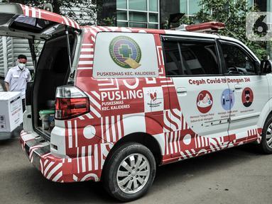 Petugas memasukkan dus berisi vaksin COVID-19 produksi Sinovac ke dalam ambulans puskesmas di Gedung Dinas Kesehatan DKI Jakarta, Rabu (13/1/2021). Dinas Kesehatan DKI Jakarta mulai mendistribusikan vaksin COVID-19 ke seluruh puskesmas di Ibu Kota. (merdeka.com/Iqbal S. Nugroho)
