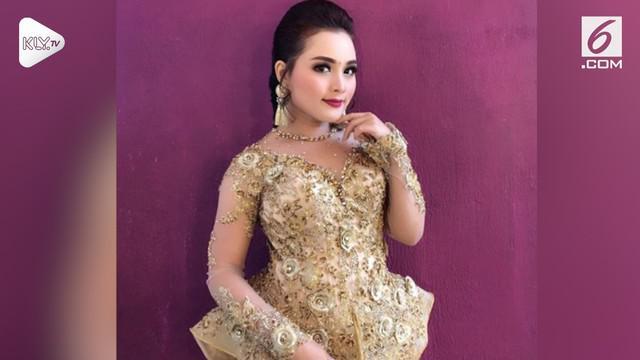 Seorang sinden cantik bernama Rita Tila dikabarkan dengan dengan komedian Sule setelah foto mereka berdua beredar di medsos.
