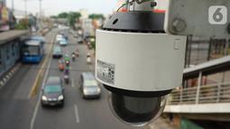 Kamera CCTV pemantau arus lalu lintas terpasang di JPO kawasan Cawang, Jakarta Timur, Kamis (10/10/2019). Pemprov DKI Jakarta menyetujui untuk menganggarkan Rp 38 miliar untuk pengadaan 45 kamera tilang elektronik atau Electronic Traffic Law Enforcement (E-TLE). (Liputan6.com/Immanuel Antonius)