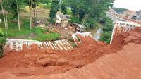 Turap beton yang runtuh akibat pondasi pada tanah tidak kuat, sehingga tak mampu menahan debit air kali yang deras saat hujan terjadi Sabtu (24/10/2020) di Kota Depok.