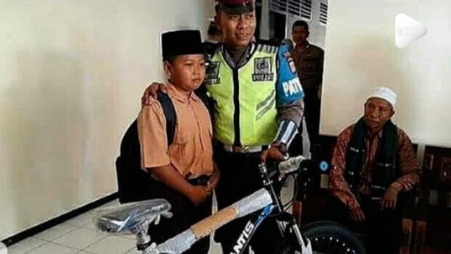 Seorang bocah menangis saat dirazia polisi. Kejadian ini sempat viral dan membuatnya dapat hadiah sepeda agar tak kendarai motor sebelum waktunya.