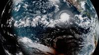 Bayangan bulan melewati selatan Badai Barbara selama gerhana matahari total 2 Juli 2019, dalam foto ini ditangkap oleh satelit NOAA / NASA GOES West. (Kredit: CIRA / NOAA)