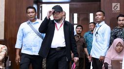 Penyidik KPK, Novel Baswedan (kedua kiri) bersiap menjadi saksi pada sidang dugaan menghalangi proses penyidikan terhadap Eddy Sindoro dengan terdakwa, Lucas di Pengadilan Tipikor, Jakarta, Kamis (10/1). (Liputan6.com/Helmi Fithriansyah)