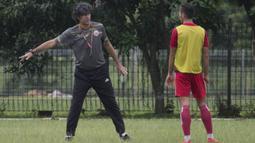 Pelatih Persija Jakarta, Stefano Teco, memberikan instruksi saat latihan di Lapangan Sutasoma Halim, Jakarta, Sabtu (3/3/2018). Latihan ini digelar sebelum berangkat ke Vietnam untuk melawan SLNA pada Piala AFC. (Bola.com/Asprilla Dwi Adha)