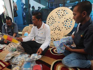 Menteri Sosial (Mensos) Idrus Marham (tengah) memperhatikan sandal buatan warga binaan di peringatan Hari Anti Narkoba Internasional di Panti Sosial Permadi Putra (PSPP) Galih Pakuan, Ciseeng, Bogor, Jawa Barat, Rabu (1/8). (Merdeka.com/Arie Basuki)