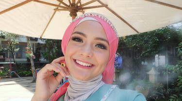 Memiliki ayah berkebangsaan Australia, Gadis blasteran Australia-Indonesia ini merupakan seorang Muslim. Penampilan Amanda saat berhijab di akun instagram pribadinya menuai banyak pujian dari netizen. (Liputan6.com/IG/@amandarawles)
