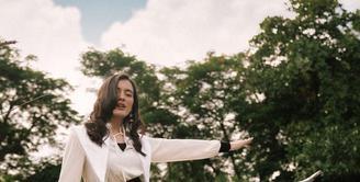 Beri dimensi ekstra pada maxi dress dengan memakai belt yang membuat ilusi tubuh lebih ramping (Foto: @mawar_eva)