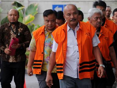 Rombongan tersangka anggota DPRD Malang berjalan turun dari mobil tahanan setibanya di Gedung KPK, Jakarta, Jumat (21/9).KPK memperpanjang masa penahanan sejumlah tersangka kasus suap pembahasan APBD-P Pemerintah Kota Malang itu. (Merdeka.com/Dwi Narwoko)