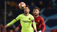 Aksi Lionel Messi dikawal Luke Shaw pada leg 1, babak perempat final Liga Champions yang berlangsung di Stadion Old Trafford, Manchester. Kamis (11/4). Barcelona menang 1-0 atas Man United. (AFP/Oli Scarff)