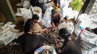 Sedang melakukan pernyortiran sampah. (dok. Instagram @sungaiwatch/ https://www.instagram.com/p/CLIeY5KFJDs/?igshid=4d1nwcygabog/ Melia Setiawati)