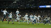 Pemain Real Madrid merayakan keberhasilan lolos ke final Liga Champions usai singkirkan Bayern pada leg kedua semifinal Liga Champions di Santiago Bernabeu stadium, Madrid, (1/5/2018). Madrid menang agregat 4-3. (AP/Paul White)
