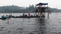 Sejumlah nelayan di Danau Kerinci tengah mencari ikan mabuk. (Bangun Santoso/Liputan6.com)