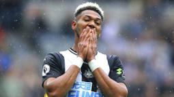 Pemain Newcastle United, Joelinton, tampak kecewa usai gagal membobol gawang Arsenal pada laga Premier League 2019 di Stadion St James' Park, Minggu (11/8). Arsenal menang 1-0 atas Newcastle United. (AP/Owen Humphreys)