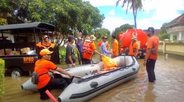 Evakuasi warga jember dari banjir akibat hujan (Dian Kurniawan/Liputan6.com)