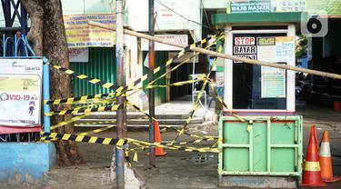 Suasana Pasar Minggu yang tutup dan sepi dari aktivitas jual beli di Jakarta Selatan, Minggu (21/6/2020). Penutupan dilakukan menyusul ditemukannya tiga pedagang yang terkonfirmasi positif Covid-19 setelah dilakukan uji usap oleh puskesmas kecamatan beberapa pekan lalu. (Liputan6.com/Immanuel Antoni