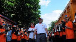 Walikota Tangerang Arief R Wismansyah disambut oleh warga Tanggerang dengan parade musik yang meriah, Rabu (23/4/2014) (Liputan6.com/Faisal R Syam).
