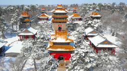 Pemandangan dari atas saat Taman Beiling diselimuti salju di Shenyang di provinsi Liaoning, China (15/3). Usai hujan salju, Taman Beiling diselimuti salju tebal. (AFP)