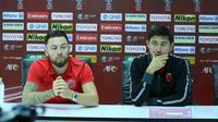 Marc Klok (gelandang) dan Darije Kalezic (pelatih PSM) dalam sesi konferensi pers melawan Lao di Vientiane, Laos, Senin (13/5/2019). (Bola.com/Dok. PSM)