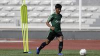 Pemain Timnas Indonesia U-22, Firza Andika, mengontrol bola saat latihan di Stadion Madya, Jakarta, Kamis (17/1). Latihan ini merupakan persiapan jelang Piala AFF U-22. (Bola.com/Yoppy Renato)