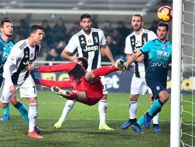 Striker Juventus, Cristiano Ronaldo mencetak gol ke gawang Atalanta pada laga Serie A di Stadion Atleti Azzurri, Bergamo, Rabu (26/12). Ronaldo menyelamatkan Juventus dari kekalahan dalam laga yang berakhir dengan skor 2-2. (Paolo Magni/ANSA via AP)