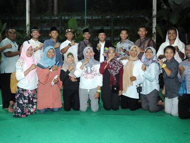 Menpora Imam Nahrawi (tengah-belakang) bersama atlet cabang dayung berfoto usai buka puasa bersama di Jakarta, Senin (28/5). Acara tersebut dihadiri atlet pelatnas Asian Games 2018 dan para mantan atlet peraih medali. (Liputan6.com/Helmi Fithriansyah)