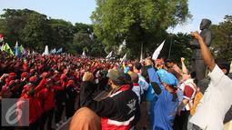 Ratusan buruh saat berorasi di Tugu Proklamasi, Jakarta, Jumat (20/11). Dalam aksinya buruh meminta Gubernur menaikan upah rata-rata Rp500ribu dan memberlakukan upah umum sektoral. (Liputan6.com/Immanuel Antonius)