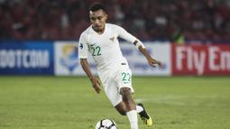 Gelandang Timnas Indonesia, Todd Rivaldo, menggiring bola saat melawan Qatar pada laga AFC U-19 Championship di SUGBK, Jakarta, Minggu (21/10). Indonesia kalah 5-6 dari Qatar. (Bola.com/Vitalis Yogi Trisna)