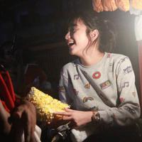 Banyak cowok yang rela antre untuk membeli popcorn dari gadis cantik yang tengah hebohkan dunia maya ini. (Foto: Facebook Keren Kazia dan Louri Caye)