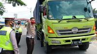 Personel Polda Riau memeriksa mobil muatan barang yang melintas di perbatasan. (Liputan6.com/M Syukur)