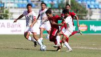 Pemain Timnas Indonesia U-19, Egy Maulana Vikri, berusaha melewati pemain Brunei Darussalam pada laga Piala AFF U-18 di Stadion Thuwunna, Rabu, (13/9/2017). Indonesia menang 8-0 atas Brunei Darussalam. (Liputan6.com/Yoppy Renato)