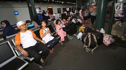 Pemudik menunggu di area kedatangan kereta di Stasiun Gambir, Jakarta, Selasa (12/9). Para pemudik diangkut menggunakan kereta api executive tujuan Yogyakarta, Solo dan Surabaya. (Liputan6.com/Fery Pradolo)