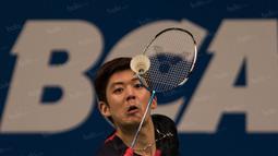 Pebulutangkis ganda putra Korea Selatan, Lee Yong Dae, berusaha mengembalikan kok saat laga final BCA Indonesia Open di Istora Senayan, Jakarta, Minggu (5/6/2016). (Bola.com/Vitalis Yogi Trisna)