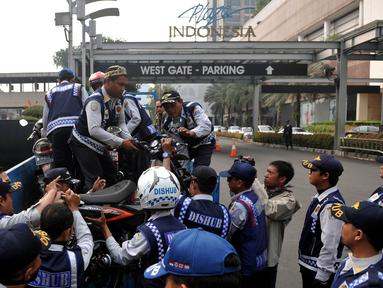 Petugas Dishub, mengangkut sepeda motor yang nekat parkir liar di kawasan Tanah Abang, Jakarta, Jumat (12/6/2015). Razia gabungan Dishub, Garnisun dan Satlantas bertujuan untuk mengantisipasi arus lalu lintas yang kerap macet. (Liputan6.com/Johan Tallo)