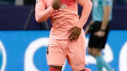 Striker Barcelona, Malcom berselebrasi usai mencetak gol di  menit ke-83 ke gawang Inter Milan pada pertandingan grup B Liga Champions di Giuseppe Meazza, Italia (6/11). Inter imbang dengan Barcelona 1-1. (AP Photo/Luca Bruno)
