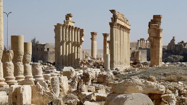 Kondisi Arch of Triumph yang rusak di kota kuno Palmyra, Provinsi Homs, Suriah, 7 Februari 2021. Selain Palmyra dan Aleppo, kota kuno Damaskus dan Bosra juga mengalami kerusakan. (LOUAI BESHARA/AFP)