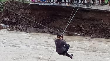 Aksi heroik Kapolres Bolsel AKBP Yuli Kurnianto yang ikut membantu warga menarik perhatian publik.