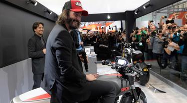 Keanu Reeves berada di atas motor baru Arch 1s selama pameran EICMA Moto Milano 2017 di Milan, , (8/11). Keanu Reeves dan rekannya, Gard Hollinger mengembangkan sepeda motor pabrikan AS dengan merek Arch Motorcycle sejak 2011. (AFP Photo/Miguel Medina)