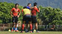 Pelatih Arema FC, Eduardo Almeida, memberikan instruksi pada sesi latihan di Batu. (Bola.com/Iwan Setiawan)