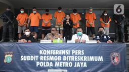 Kabid Humas Polda Metro Jaya, Kombes Pol Yusri Yunus memberikan keterangan kasus pemalsuan surat hasil tes PCR dan swab antigen di Jakarta, Selasa (13/7/2021). Petugas mengamankan barang bukti dokumen pembuatan surat swab antigen dan PCR palsu bertarif Rp170 - Rp 300 ribu. (merdeka.com/Imam Buhori)