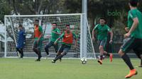 Suasana latihan Timnas Indonesia U-23 di Lapangan ABC, Senayan,  (24/4/2018). Timnas mempersiapkan diri untuk mengikuti turnamen PSSI Anniversary 27 April-3 Mei 2018. (Bola.com/Nicklas Hanoatubun)