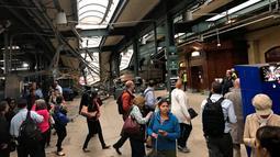 Calon penumpang mengamati kereta komuter yang tergelincir dan menabrak peron Stasiun Hoboken, New Jersey, Kamis (29/9). Saksi mata mengatakan kereta tidak mengurangi kecepatan saat mendekati stasiun. (Courtesy of David Richman via REUTERS)