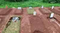 Sejumlah makam pasien Covid-19 di TPU Karaba, Tapos, Depok amblas setelah diguyur hujan dengan intensitas tinggi. (Liputan6.com/Dicky Agung Prihanto)