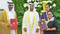 Presiden Joko Widodo (kedua kanan) bersama Putra Mahkota Abu Dhabi, Sheikh Mohamed Bin Zayed Al Nahyan menyaksikan pertukaran perjanjian kerjasama antara Menteri Luar Negeri Retno Marsudi dengan pihak Uni Emirat Arab  di Istana Bogor, Jawa Barat, Rabu (24/7/2019). (Liputan.com/HO/Setkab Agung)