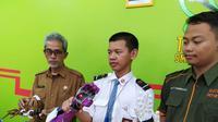 Alwan Hanif Ramadhan, siswa kelas X SMKN 2 Tasikmalaya, Jawa Barat, menunjukan Affordable Smart Prosthetic Arm, alias robot tangan khusus disabilitas. (Liputan6.com/Jayadi Supriadin)