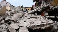 Pemandangan bangunan yang runtuh usai dilanda gempa berkekuatan 8,2 SR di negara bagian Oaxaca, Meksiko (8/9). Menurut Presiden Meksiko, Enrique Peña Nieto sedikitnya 200 orang cedera dan puluhan lainnya meninggal dunia. (AFP Photo/Ronaldo Schemidt)